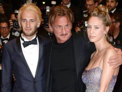 Hopper Penn, Sean Penn y Dylan Penn, en el estreno de 'Diré tu nombre' en el Festival de Cannes, en mayo de 2016.