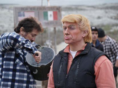 José Mota, caracterizado como el presidente electo de Estados Unidos Donald Trump en la frontera con México.