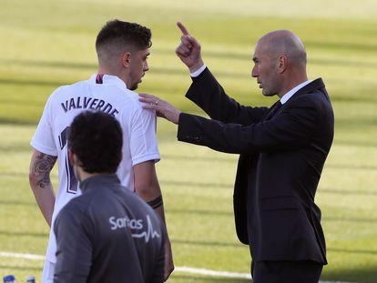 Zidane da instrucciones a Valverde en el partido contra el Elche.