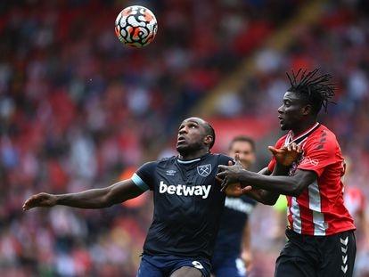 Michail Antonio (I) en una duelo con Mohammed Salisu durante el West Ham- Southampton.