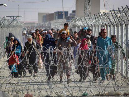 Un grupo de afganos atravesaban el martes la frontera con Pakistán en el punto fronterizo de Chaman.