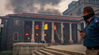 Los bomberos intentan extinguir el fuego, el domingo.