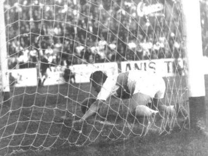 Romero marca al Murcia en 1963.