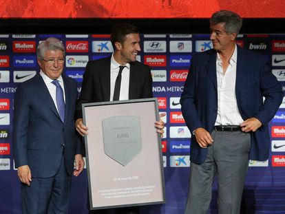 Gabi posa con una placa conmemorativa junto a Enrique Cerezo y Miguel Ángel Gil Marín durante su acto de despedida en el Wanda Metropolitano.