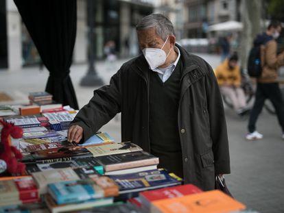 Una mesa de libros en plaza Catalunya en Barcelona, dos días antes de la 'diada' de Sant Jordi.