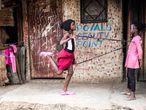 Dos niñas juegan en las calles de Kibera, uno de los mayores y paupérrimos asentamientos de chabolas alrededor de Nairobi, capital de Kenia.