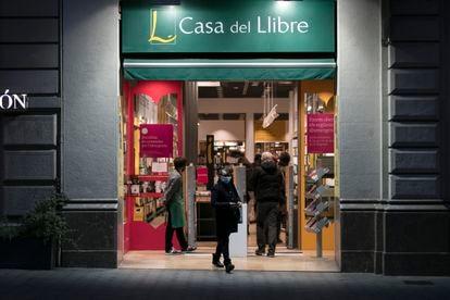 Casa del Libro de Paseo de Gràcia, de Barcelona, dos días antes del cierre obligatorio de librerías de más de 400 metros cuadrados.