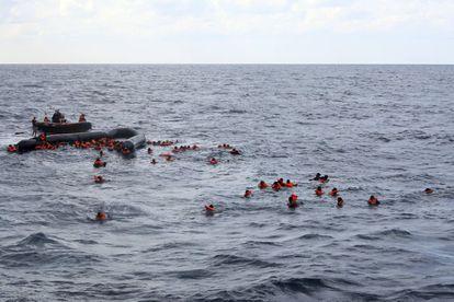 Decenas de migrantes son rescatados en el Mediterráneo central el 11 de noviembre de 2020 a pocos kilómetros de la costa de Libia.