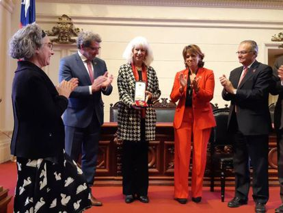 La ministra de Justicia de España (d) junto a las hijas de la pintora Roser Bru, Tessa y Agna. En vídeo, declaraciones de Dolores Delgado.