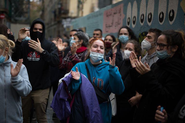 Un grupo de vecinos celebra la paralización de un desahucio, la semana pasada en Barcelona.