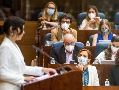 La diputada de Más Madrid Mónica García escucha la intervención de Isabel Díaz Ayuso.