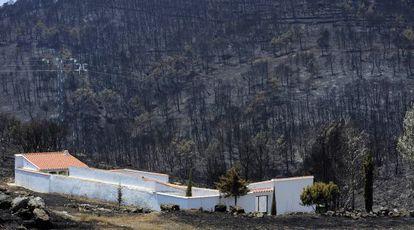 El cementerio de Osset, aldea de Andilla, logró salvarse de las llamas.