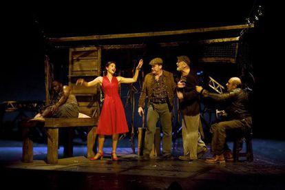 Una escena de 'De ratones y hombres', de Miguel del Arco. De izquierda a derecha, Emilio Buale, Irene Escolar, Fernando cayo, Antonio Canal y Roberto Álamo.