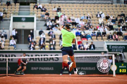 Nadal golpea la pelota durante el partido contra Norrie en la pista Suzanne Lengle de Roland Garros.