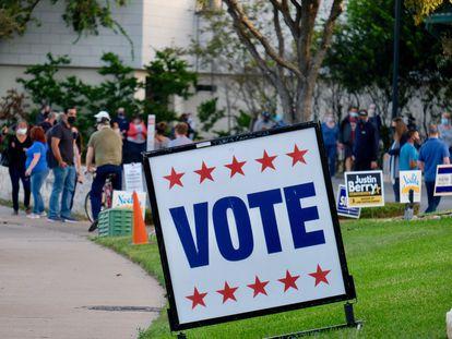 Un cartel animando al voto en Austin, Texas, en las elecciones de 2020.