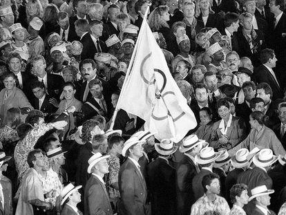 Una bandera olímpica en la ceremonia de inauguración de los Juegos Olímpicos de Barcelona 1992.