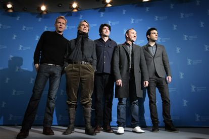 El director J. C. Chandor (centro), en la Berlinale, junto a los actores de <i>Margin call. </i>De izquierda  derecha: Paul Bettany, Jeremy Irons, Kevin Spacey y Zachary Quinto.