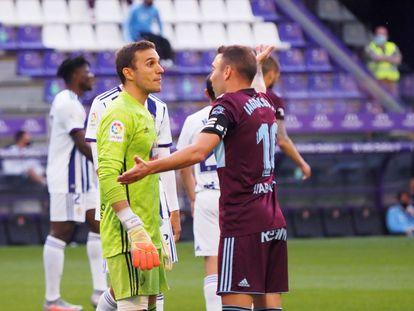 El delantero del Celta Iago Aspas conversa con el portero del Valladolid, Masip, este miércoles en el estadio José Zorrilla.