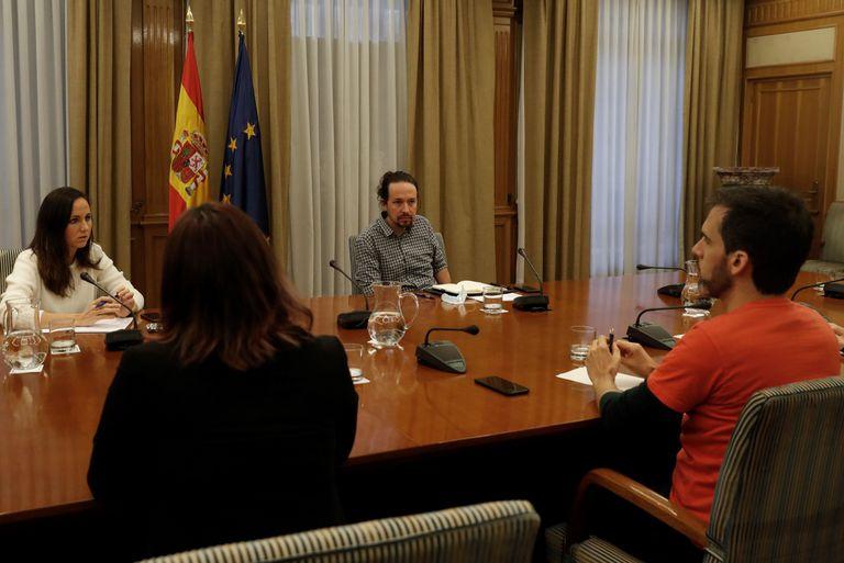 Pablo Iglesias mantiene un encuentro con representantes de diferentes sindicatos de inquilinos, este viernes en Madrid.