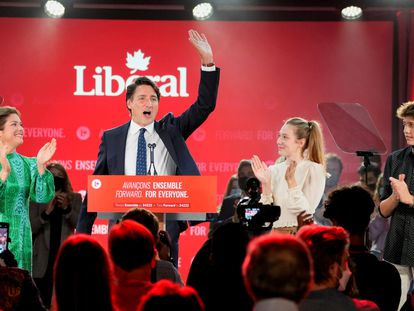 El primer ministro, Justin Trudeau, junto a su familia en su discurso de victoria en la noche electoral.