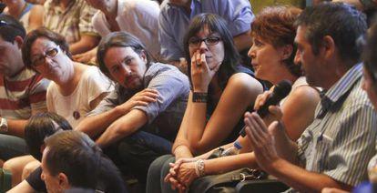 El líder de Podemos, Pablo Iglesias (a la izquierda, en la segunda fila), escucha una intervención en la asamblea de este sábado en Madrid.