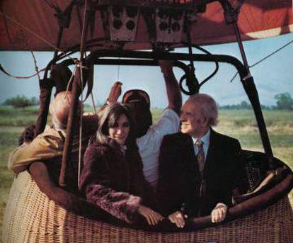 Paseo en globo de María Kodama y Jorge Luis Borges en el Valle de Napa (California), en una imagen incluida en el libro 'Atlas'.