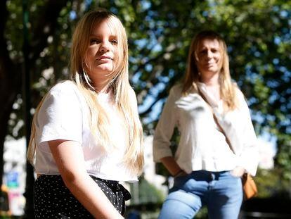 Lucía Laguna, que ha aplazado un año su estancia en EE UU, junto a su madre Pilar Casañ (derecha), este viernes en Valencia.