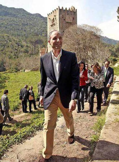 El presidente de la Generalitat valenciana, Francisco Camps, durante su visita al monasterio de la Murta.