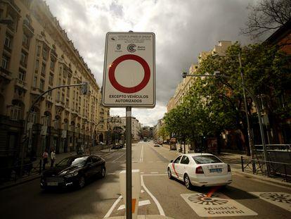 Señal de prohibido el acceso en el área de bajas emisiones Madrid Central.