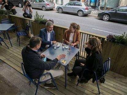 La alcaldesa Ada Colau, Jaume Collboni, Janet Saenz y Roger Pallarols en una de las nuevas terrazas de calzada en pruebas en Barcelona.