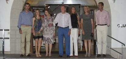Los Príncipes de Asturias, los Reyes, la infanta Elena, la infanta Cristina y su marido, Iñaki Urdangarin, en el Club Náutico de Palma de Mallorca en agosto de 2011.