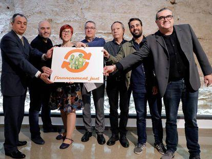 Los representantes de la plataforma #FinançamentJust presentan la nueva imagen creada por el ilustrador Paco Roca.