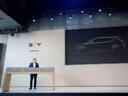 El presidente de Seat, Wayne Gryffiths, ante una imagen de cómo será el vehículo compacto que prevé fabricar en Martorell.