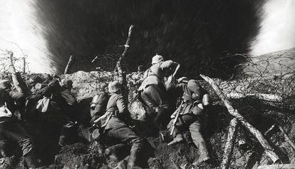 Soldados alemanes en una trinchera, durante la Primera Guerra Mundial.