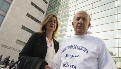 La abogada Rocío Mayol con Tirso Genovés, uno de los trabajadores afectados, ante la Ciudad de la Justicia de Valencia