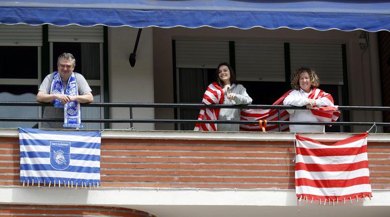 Aficionados de la Real y el Athletic, con banderas en los balcones hace unos días.