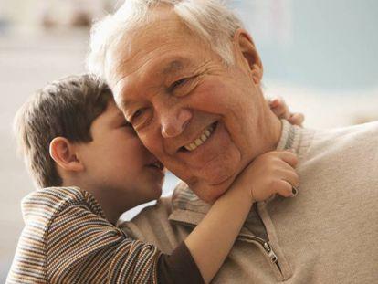 Un abuelo juega junto a su nieto