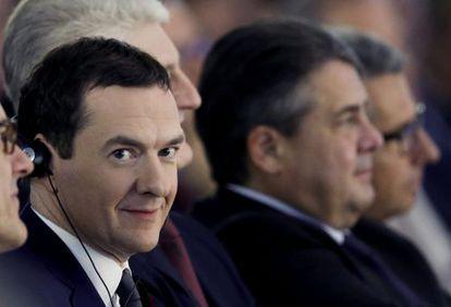 Los ministros de Economía de Reino Unido, George Osborne, y de Alemania, Sigmar Gabriel, en una conferencia en la Federación de la Industria Alemana el martes 3 de noviembre en Berlín.