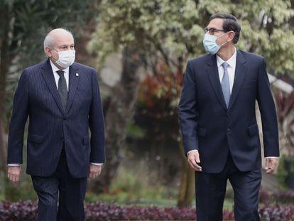 El presidente de Perú Martín Vizcarra (derecha) y el primer ministro Pedro Cateriano, antes de su presentación en el Congreso para solicitar su investidura de cara al último año de mandato del presidente, este lunes en Lima.