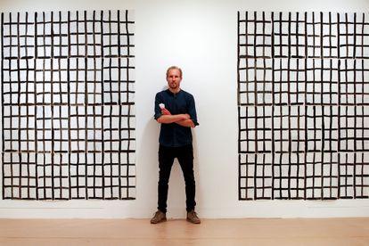 Marijn van Kreij, delante de una de las cudrículas que expone en el Museo Picasso de Barcelona.