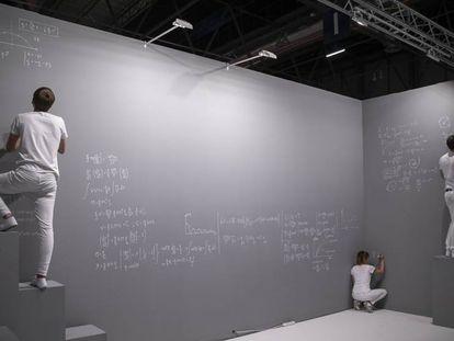 Obra de la artista Andrea Galvani, en la galería The Ryder. En vídeo, recorrido por ARCO 2019 con la crítica de arte de EL PAIS.