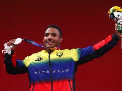 El halterista Julio Mayora tras ganar la medalla de plata en Tokio 2020.