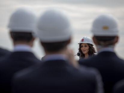 Isabel Díaz Ayuso, en su visita a una obras de conexión del barrio madrileño de Valdebebas y el aeropuerto de Madrid-Barajas, el viernes.