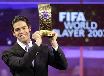 Kaká recibe ayer en Zúrich el FIFA World Player.