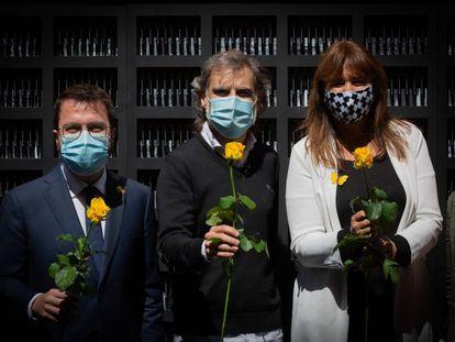 Pere Aragonès, Jordi Cuixart y Laura Borràs en el acto de Òmnium de Sant Jordi.