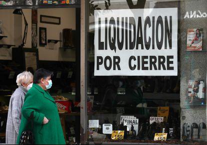 Una tienda con el cartel de liquidación, a finales de enero en el centro de Madrid.