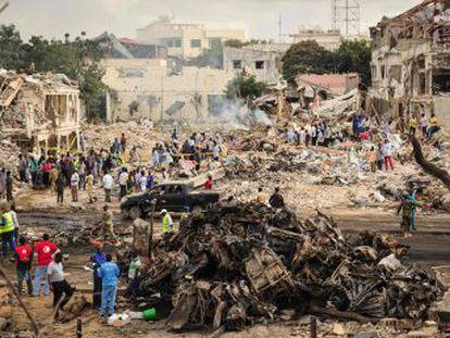 Un camión bomba y un vehículo explotan en el centro de la capital, Mogadiscio, en un ataque terrorista atribuido a la milicia yihadista Al Shabab