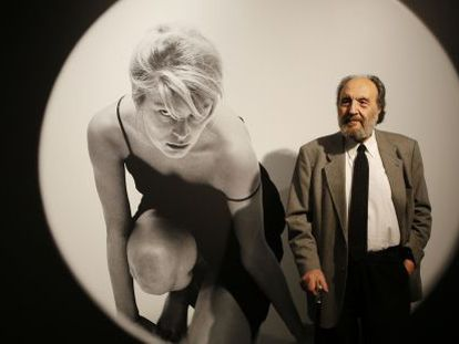 Leopoldo Pomés delante de una de sus fotografías: 'Ventana redonda 2', realizada en 1959.