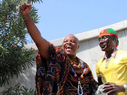 Vídeo: Campaña de activistas contra monumentos coloniales. Imagen: Andre Blaise Essama junto a una estatua del fallecido futbolista internacional Samuel Mbappe Leppe, considerado el mejor futbolista camerunés de su época, en Douala.