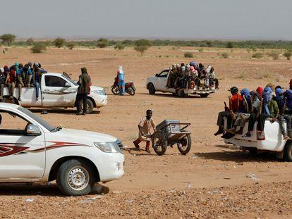 Un grupo de migrantes se prepara para cruzar el desierto en Agadez, Níger, en octubre de 2019.